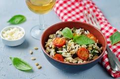 Gebratenes Aubergine und Tomate Basilikum orzo Stockbilder