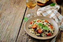 Gebratenes Aubergine und Tomate Basilikum orzo Lizenzfreie Stockfotos