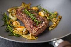 Gebratenes Beefsteak mit Zwiebeln Stockfoto