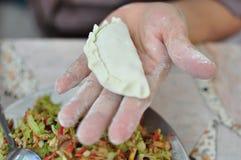 Gebratenes Brötchen mit chinesischer Art des Veggiematerials Stockfotos