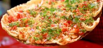 Gebratenes Brot, das mit Tomaten und Zwiebel und Koriander übersteigt stockfotografie