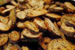 Gebratenes Brot der Nahaufnahme mit Mohnblumenhintergrund stockfotografie