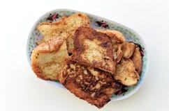 Gebratenes Brot und ein Laib auf der Platte Lizenzfreie Stockfotografie