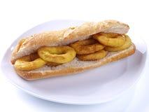 Gebratenes Calamari-Sandwich. lizenzfreie stockbilder