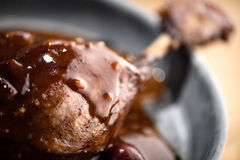 Gebratenes Entenbein in der Rotweinkirschsoße Stockbilder