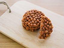 Gebratenes Erdnussplätzchen mit Teeschale Lizenzfreie Stockfotografie