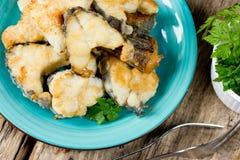 Gebratenes Fischseekaninchen (Schimärenfisch, Seeratte) auf Holztisch Stockfotos