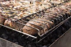 Gebratenes Fleisch auf einem Grill lizenzfreie stockfotografie