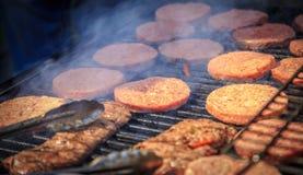 Gebratenes Fleisch gegrillt auf Feuer Lizenzfreies Stockfoto