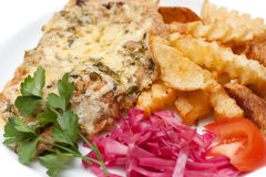 Gebratenes Fleisch in geschmolzenem Käse und in Kartoffeln Lizenzfreies Stockfoto