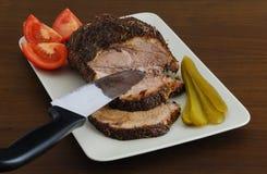 Gebratenes Fleisch geschnitten auf rechteckigem keramischem Teller Stockfoto