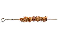Gebratenes Fleisch mit der Zwiebel der Aufsteckspindel, lokalisiert auf weißem Hintergrund stockbild