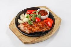 Gebratenes Fleisch mit Gemüse auf Wanne Stockbild