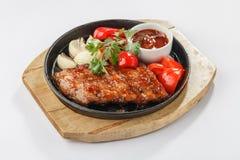 Gebratenes Fleisch mit Gemüse auf Wanne Stockfotografie