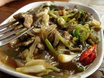 Gebratenes Fleisch mit Gemüse und Sojasoße Stockfoto