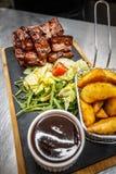 Gebratenes Fleisch mit Kartoffel stockfotografie