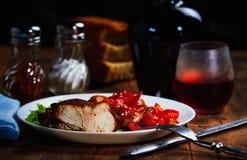 Gebratenes Fleisch mit Obst und Gemüse schmückt und wine Lizenzfreie Stockfotos