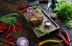 Gebratenes Fleisch mit Zwiebeln, Knoblauch, Gewürzen, frischen Kräutern, rotem Pfeffer und Salz lizenzfreie stockfotos