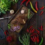 Gebratenes Fleisch mit Zwiebeln, Knoblauch, Gewürzen, frischen Kräutern, rotem Pfeffer und Salz Lizenzfreie Stockbilder
