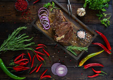 Gebratenes Fleisch mit Zwiebeln, Knoblauch, Gewürzen, frischen Kräutern, rotem Pfeffer und Salz stockbilder