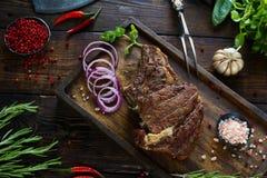 Gebratenes Fleisch mit Zwiebeln, Knoblauch, Gewürzen, frischen Kräutern, rotem Pfeffer und Salz Stockfotos