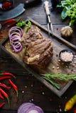 Gebratenes Fleisch mit Zwiebeln, Knoblauch, Gewürzen, frischen Kräutern, rotem Pfeffer und Salz Stockbild