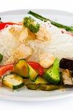 Gebratenes Fleisch, Reisnudeln und Gemüse auf Weiß Lizenzfreie Stockfotografie