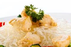 Gebratenes Fleisch, Reisnudeln und Gemüse auf Weiß Stockbild