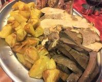 Gebratenes Fleisch und Kartoffeln, Abschluss oben Italienische Küche stockbild