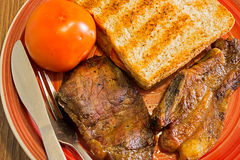 Gebratenes Fleisch und Toastbrot Stockbilder