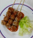 Gebratenes Fleischklöschen mit Soße Stockbilder