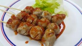 Gebratenes Fleischklöschen und Soße Stockfoto