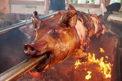 Gebratenes Fleischschweinefleisch mit Fischrogen und Essiggurken lizenzfreies stockfoto