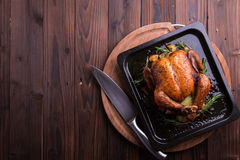 Gebratenes ganzes Huhn/Truthahn für Feier und Feiertag Weihnachten, Danksagung, Silvesterabendabendessen lizenzfreies stockbild