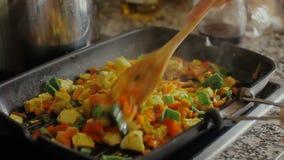 Gebratenes Gemüse auf einer Bratpfannennahaufnahme stock footage