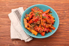 Gebratenes Gemüse, Karotten, Pfeffer, Zwiebeln, Knoblauch Lizenzfreies Stockbild