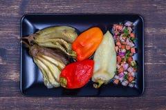 Gebratenes Gemüse mit Tomatensalsa Stockbilder
