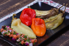 Gebratenes Gemüse mit Tomatensalsa Stockbild