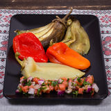 Gebratenes Gemüse mit Tomatensalsa Stockfotos
