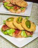 Gebratenes grünes Tomatensandwich servierfertig Stockfoto