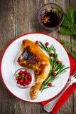 Gebratenes Hühnerbein diente mit Rosmarin und Moosbeere auf Weiß lizenzfreie stockfotografie