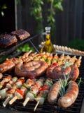 Gebratenes Hühnerbein mit Fischrogen und Salat Lizenzfreies Stockfoto