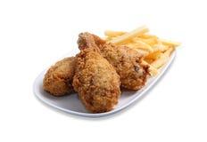 Gebratenes Hühnerbein mit Kartoffelchips Stockbild