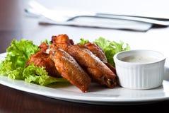 Gebratenes Hühnerflügel mit Soße Stockfotos