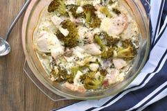Gebratenes Hühnerfleisch mit Brokkoli, Käse und Creme in der Glasschüssel Stockfoto
