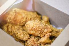 Gebratenes Hühnerkastenlieferung, zum des frittierten Huhns automatisch anzusteuern knusperig stockfotografie