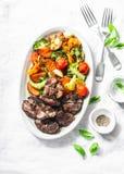 Gebratenes hühnerleber und gebackenes Saisongemüse - köstliches gesundes Mittagessen auf hellem Hintergrund stockfoto