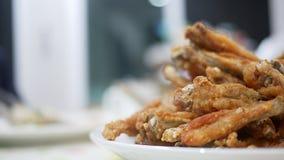 Gebratenes Hühnerumhüllung im Abendessen stockbilder