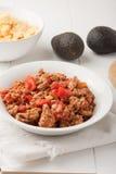 Gebratenes Hackfleisch mit den Tomaten bereit zu den Tacos Lizenzfreies Stockfoto