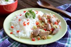 Gebratenes Hühnerfleisch mit Stielsellerie, gebratene Walnüsse und Reis Stockbild